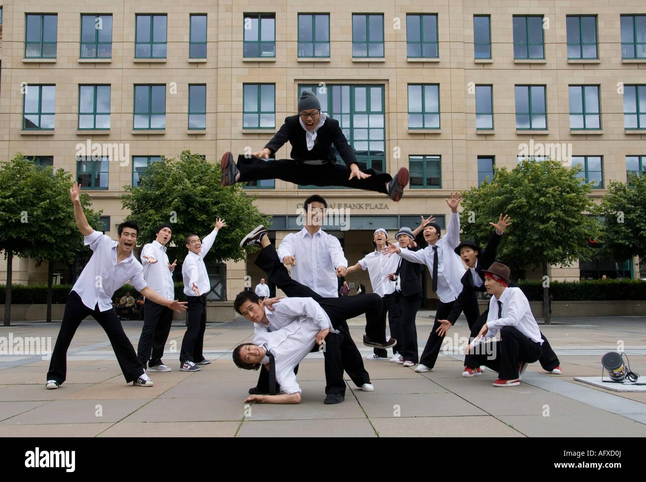 Korean romper bailarines actuando en las calles de Edimburgo Foto de stock