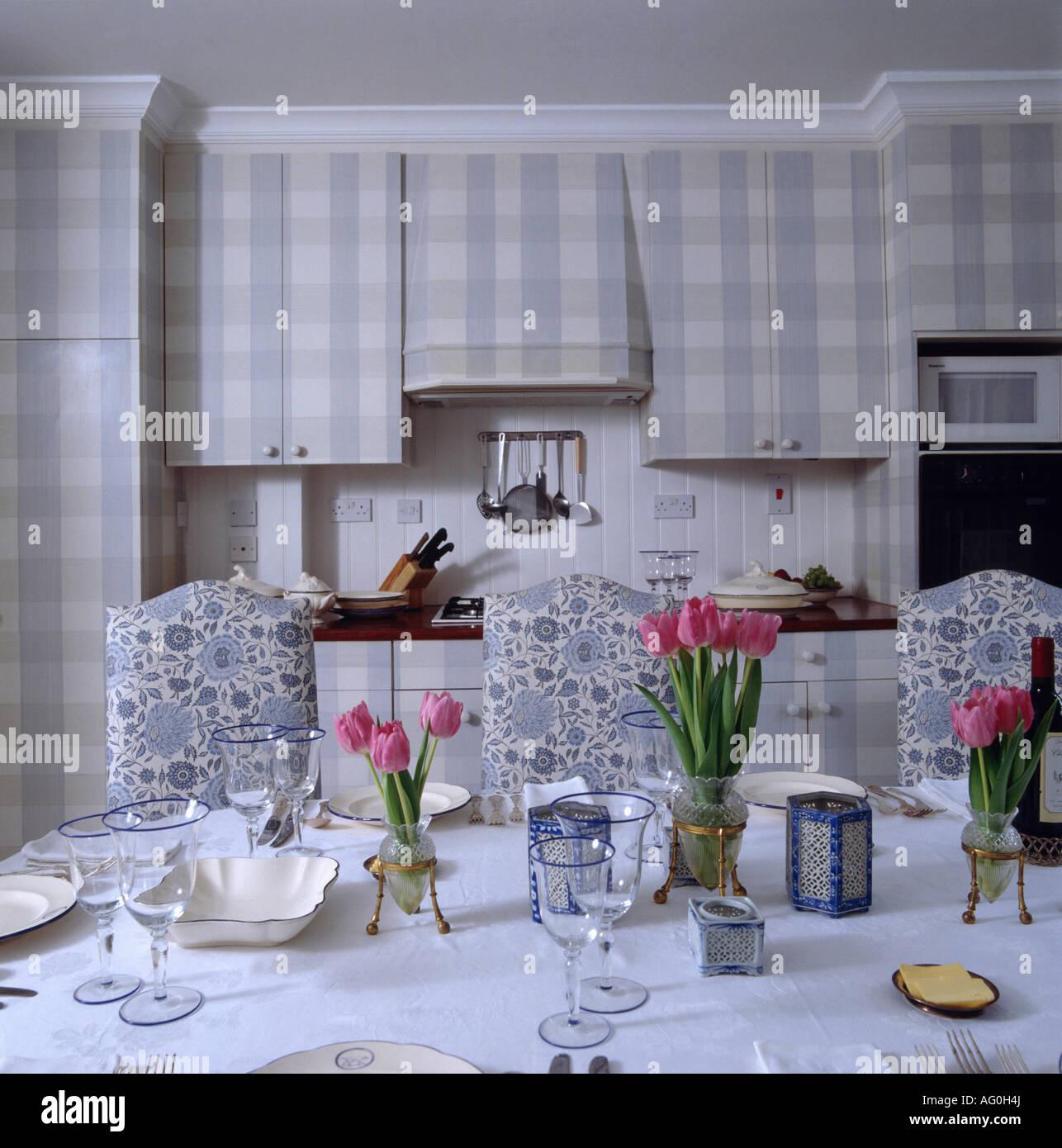 Rosa tulipanes en la mesa de comedor en la cocina con sillas ...