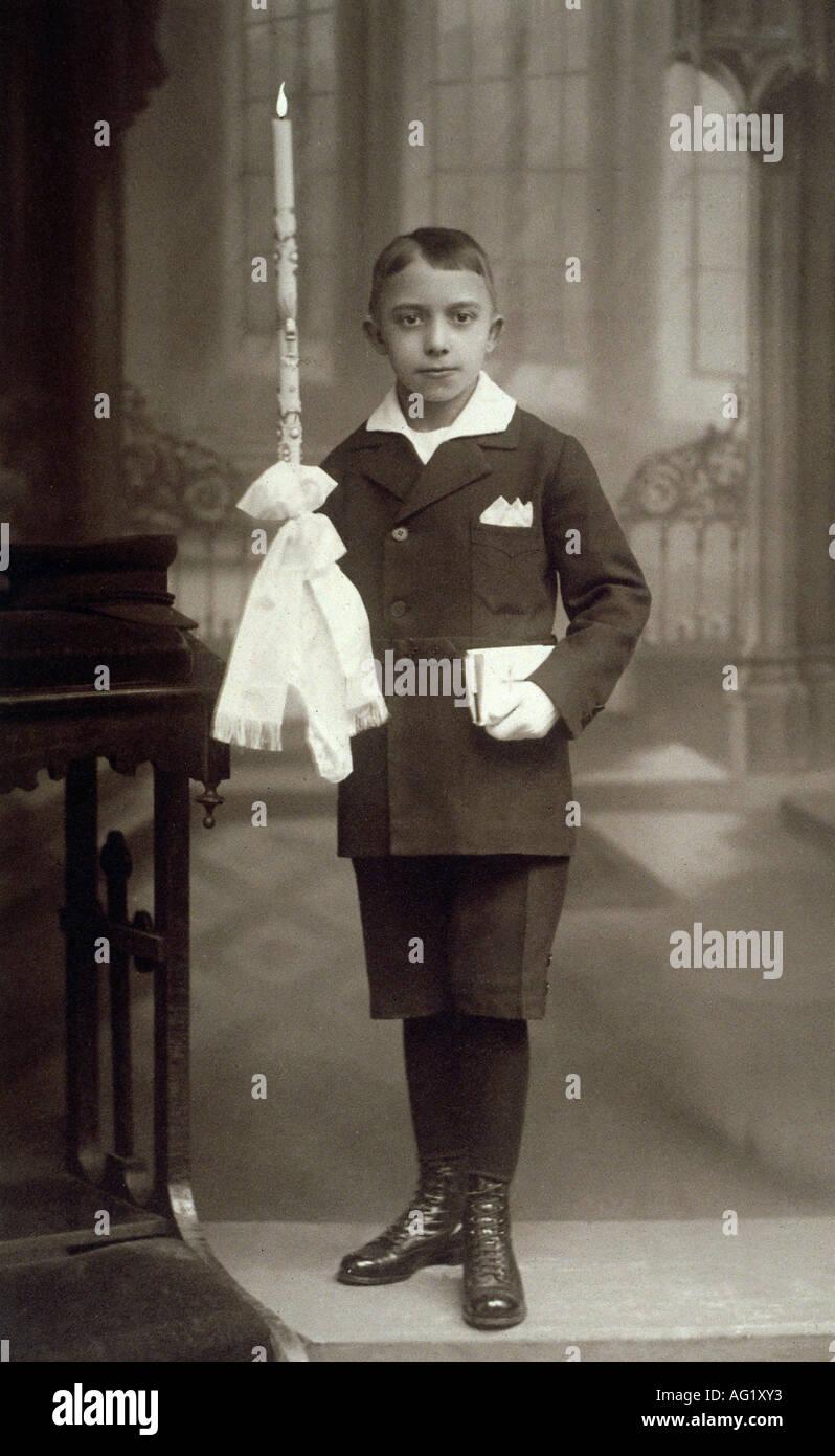 Religión, cristianismo, Fiestas católicas, Comunion, muchacho con candel, Alemania, circa 1910, Foto de stock