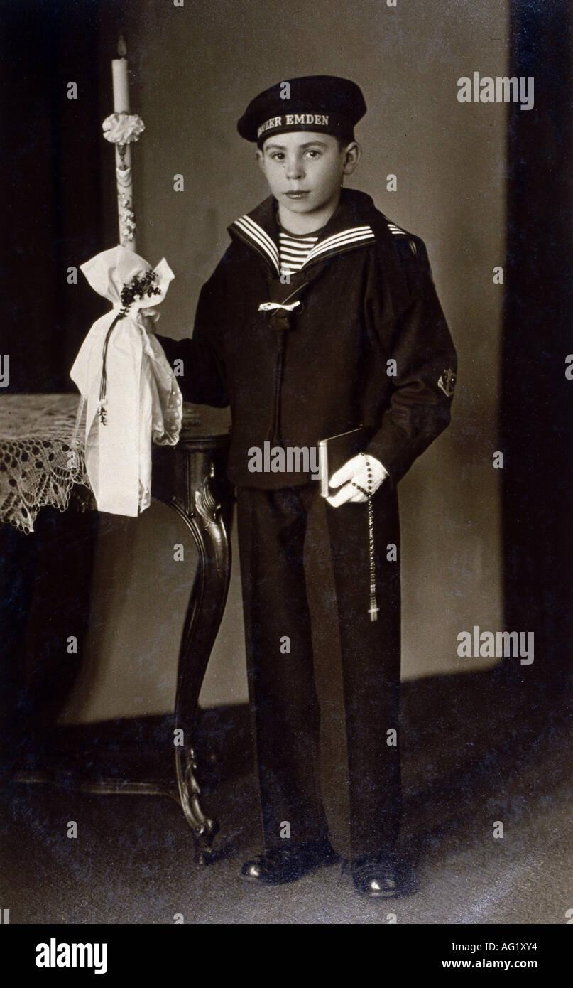 Religión, cristianismo, Fiestas católicas, Comunión, muchacho con candel, Alemania, circa 1920, católico, moda, marineros vestido, uniforme, , Foto de stock