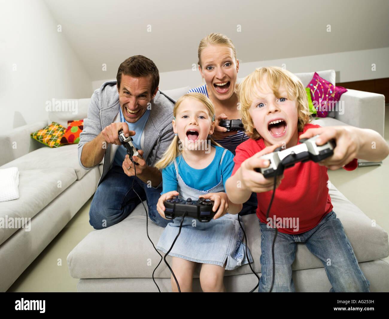 Familia jugando juego compouter Imagen De Stock