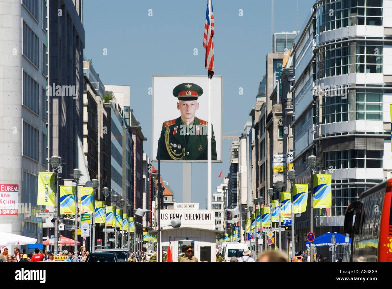 Checkpoint Charlie; retrato del soldado soviético en el Checkpoint Charlie berlin Imagen De Stock