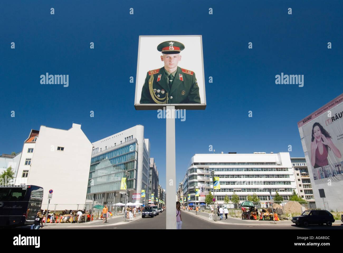 Retrato del soldado soviético en el Checkpoint Charlie berlin Imagen De Stock
