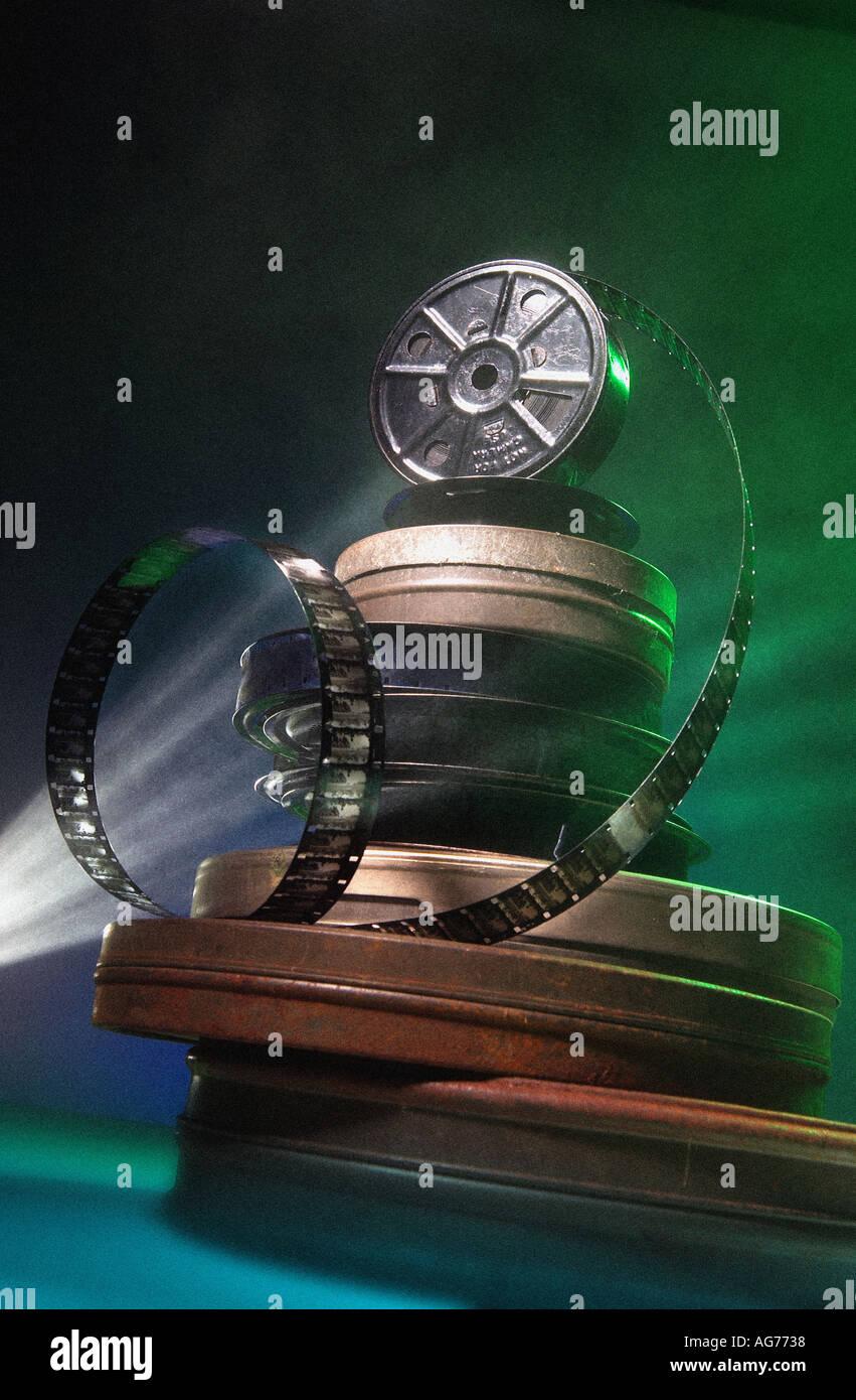 Pila de película de cine con latas y la luz del proyector Imagen De Stock