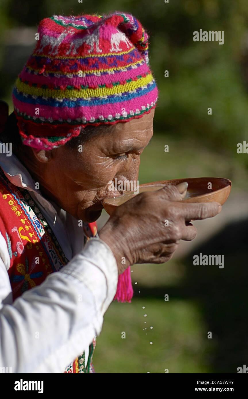 El quechua Hombre bebiendo chicha casero un tipo de cerveza de maíz Cuchuma  Perú Imagen De b87aee1ad09