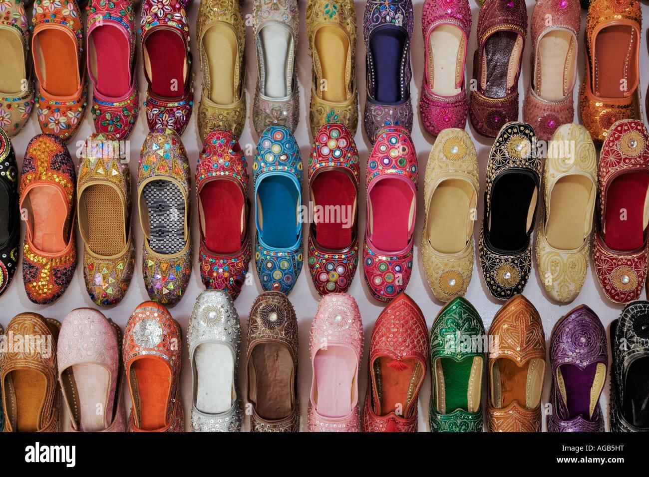 Visualización de coloridos zapatos tradicionales en un puesto en el mercado de la India Imagen De Stock