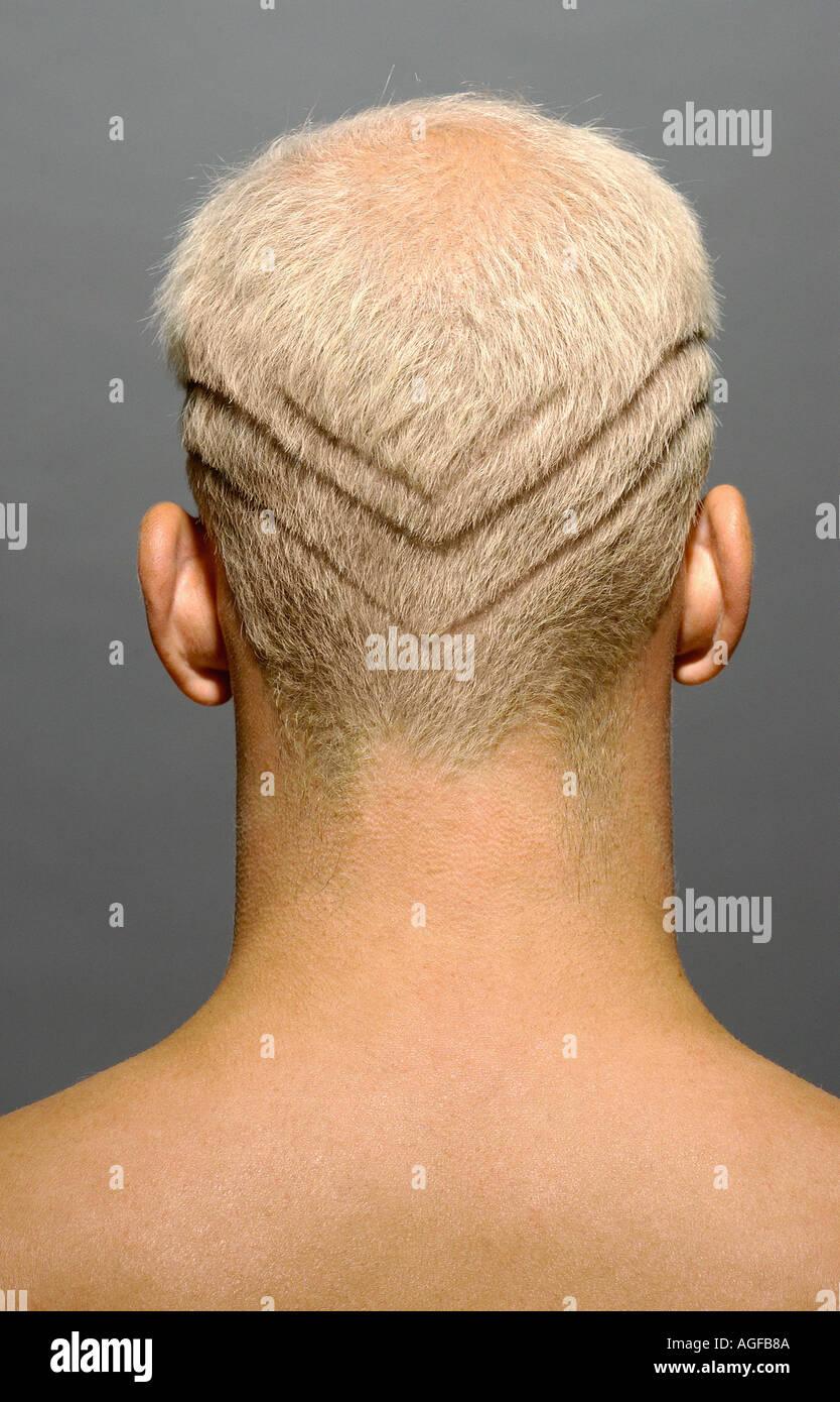 Hombre con líneas afeitadas en el cabello Foto de stock
