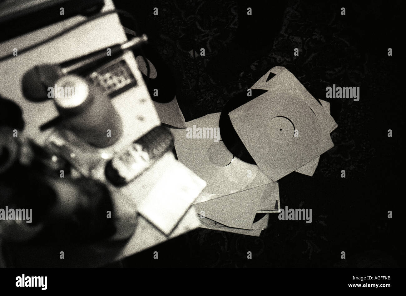 Fotografía en blanco y negro de parafernalia de DJ en dormitorio Imagen De Stock