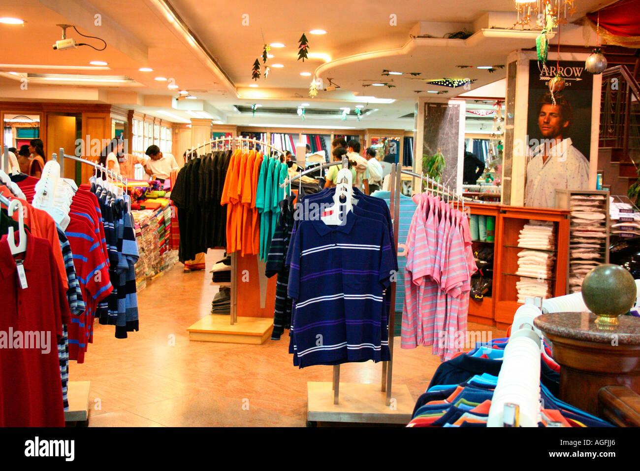 Un concurrido centro comercial textil de la India visto mostrando las principales marcas internacionales Imagen De Stock
