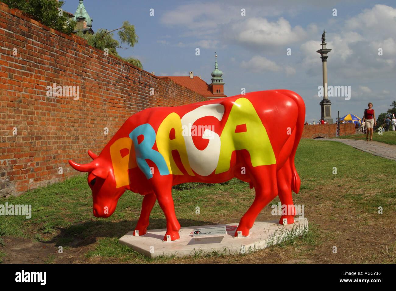 Ciudad Vieja de Varsovia Polonia Arte Moderno Vaca figura marcada Praga está al lado de las murallas de la ciudad Foto de stock