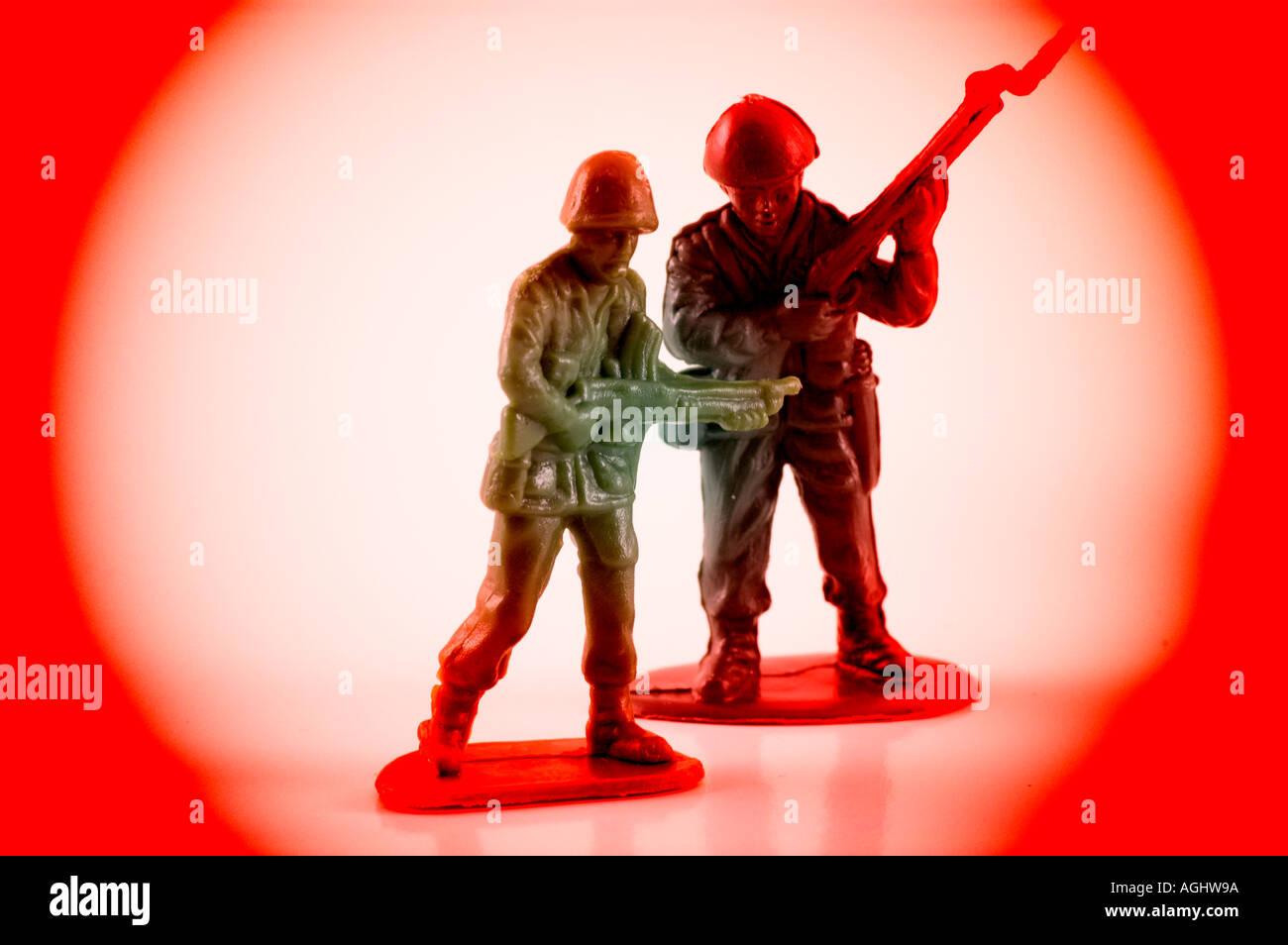 Verde de juguete de plástico de los soldados en guerra rodeado de un ...