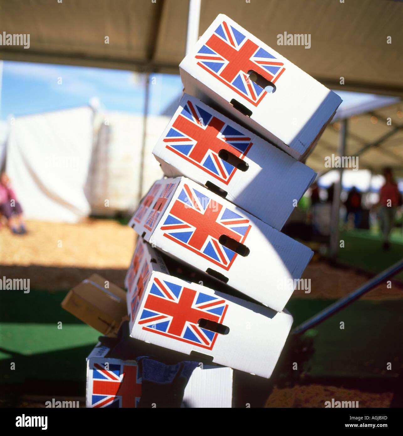Etiqueta de bandera Union Jack de inestables precariamente apiladas cajas de embalaje de alimentos frescos del supermercado Foto de stock