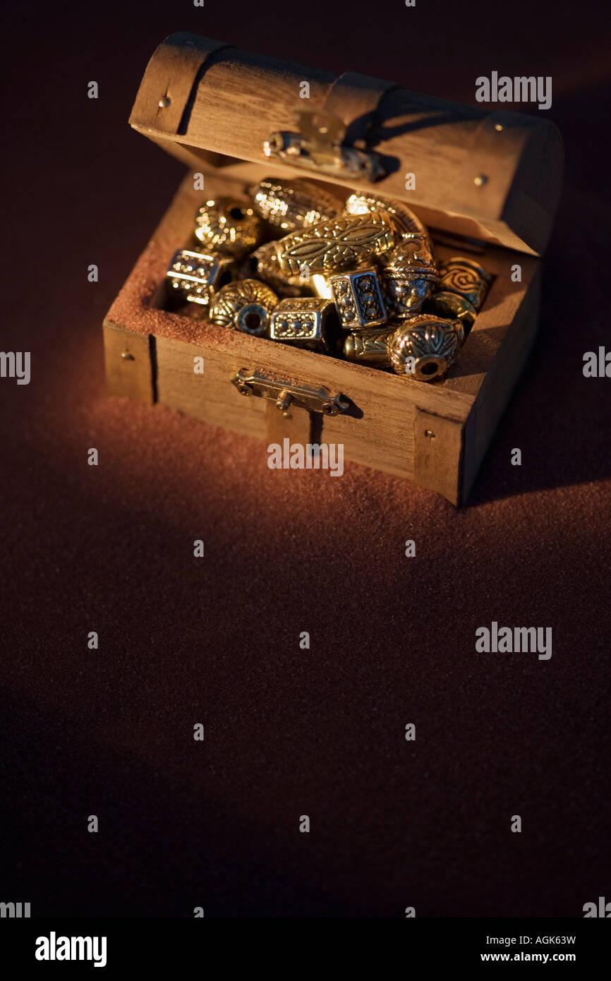 Bolas de oro en un cuadro Foto de stock