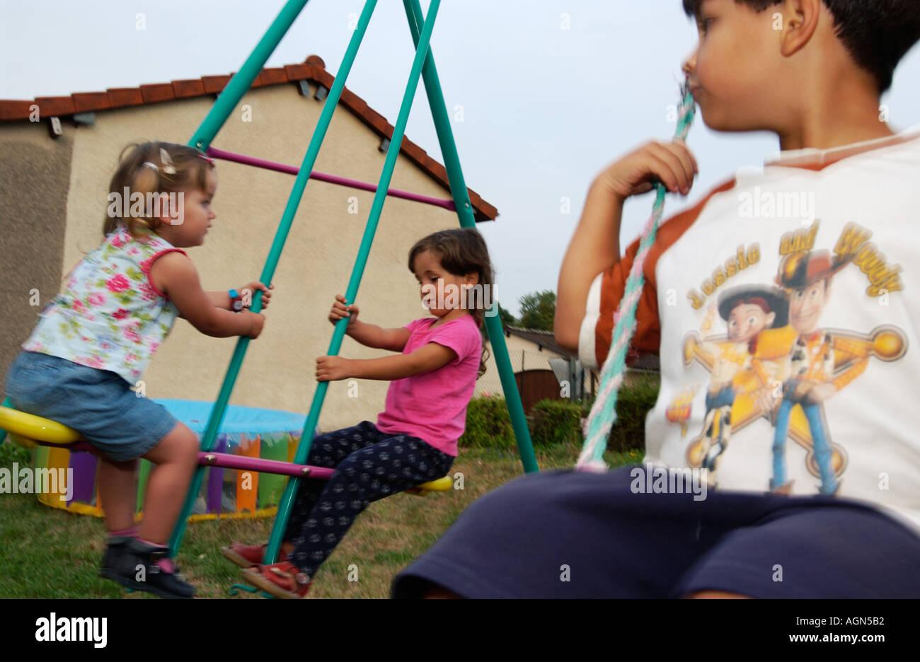 Niños jugando juegos para jugar columpio para equilibrar ...
