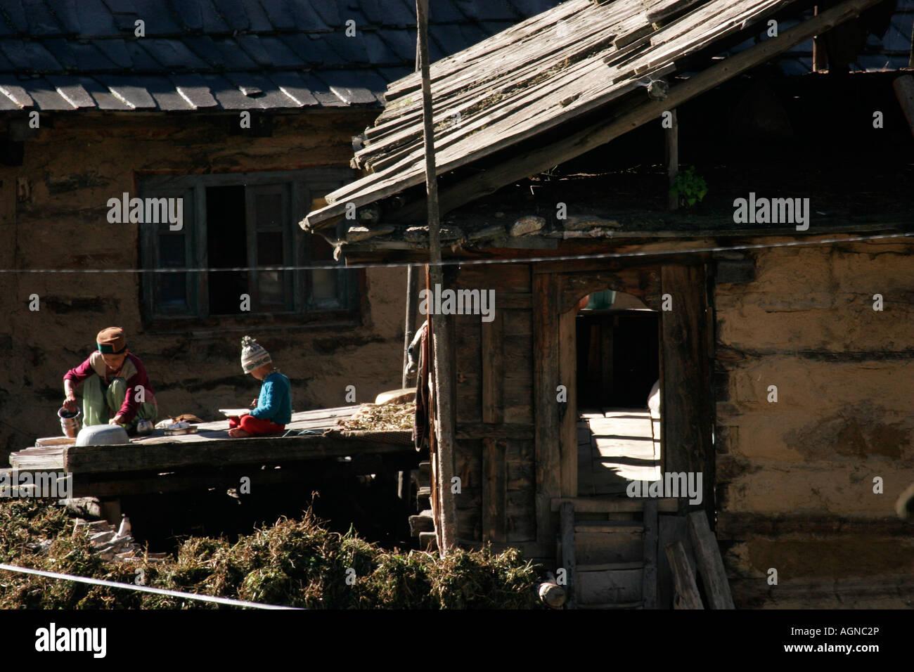 Aldeano en su rutina diaria de limpieza, la enseñanza, el estudio en la aldea Chitkul de Kinnaur, Himachal Imagen De Stock