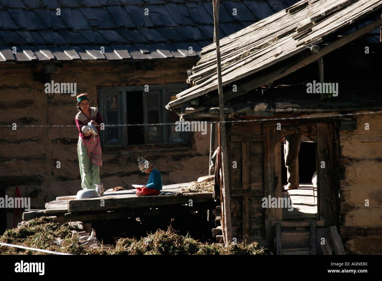 Aldeano rutina diaria de limpieza, lavado y enseñando a los niños en Chitkul, Kinnaur, Himachal Pradesh, Imagen De Stock