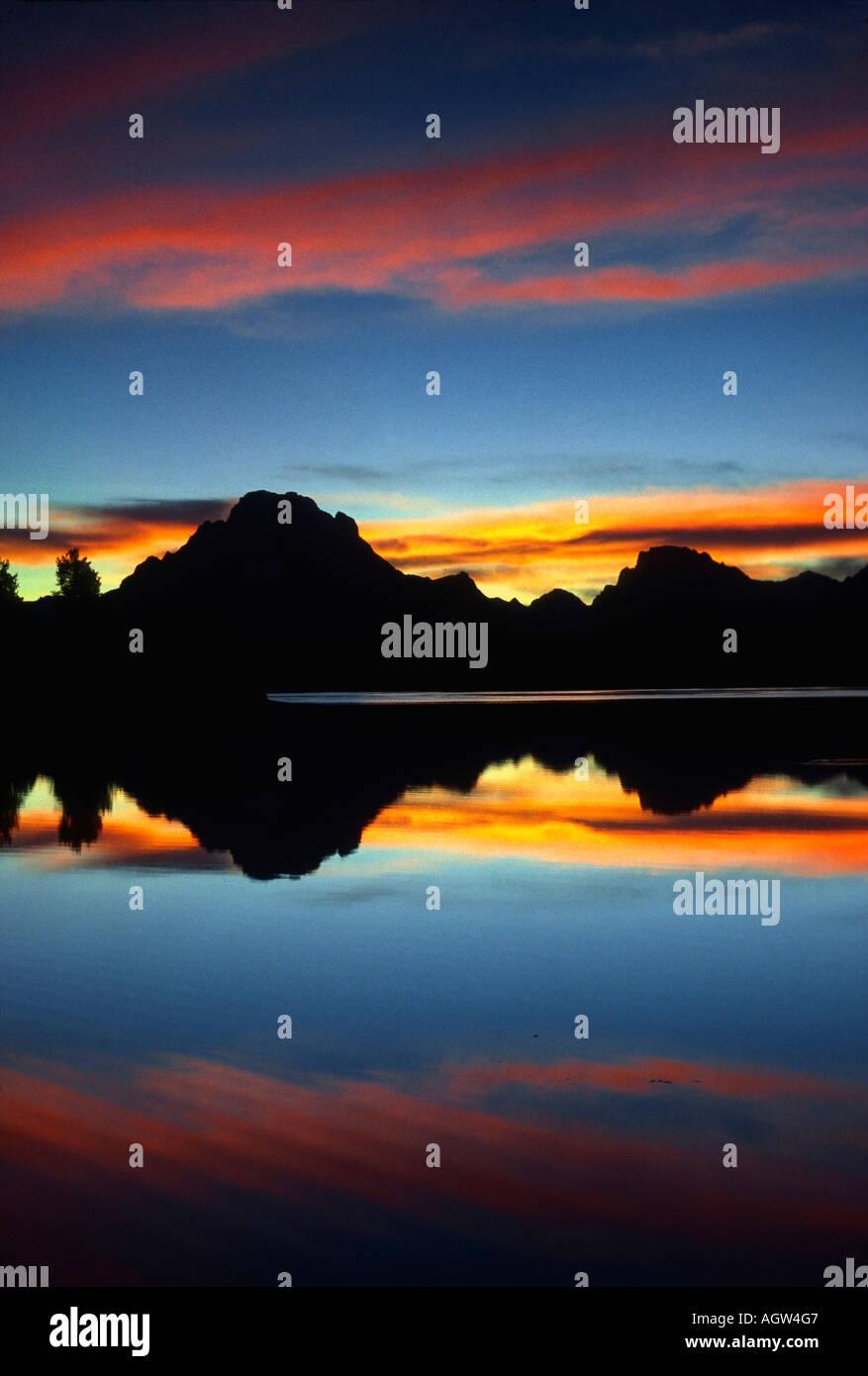 Sunset silouettes Jenny Lake en el parque nacional Grand Teton. Imagen De Stock