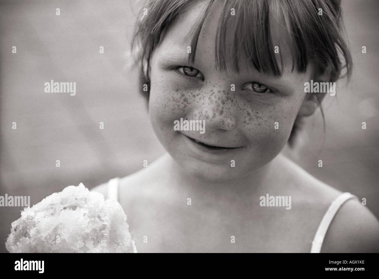 Cierre de un motea frente chica con cono de nieve. Imagen De Stock