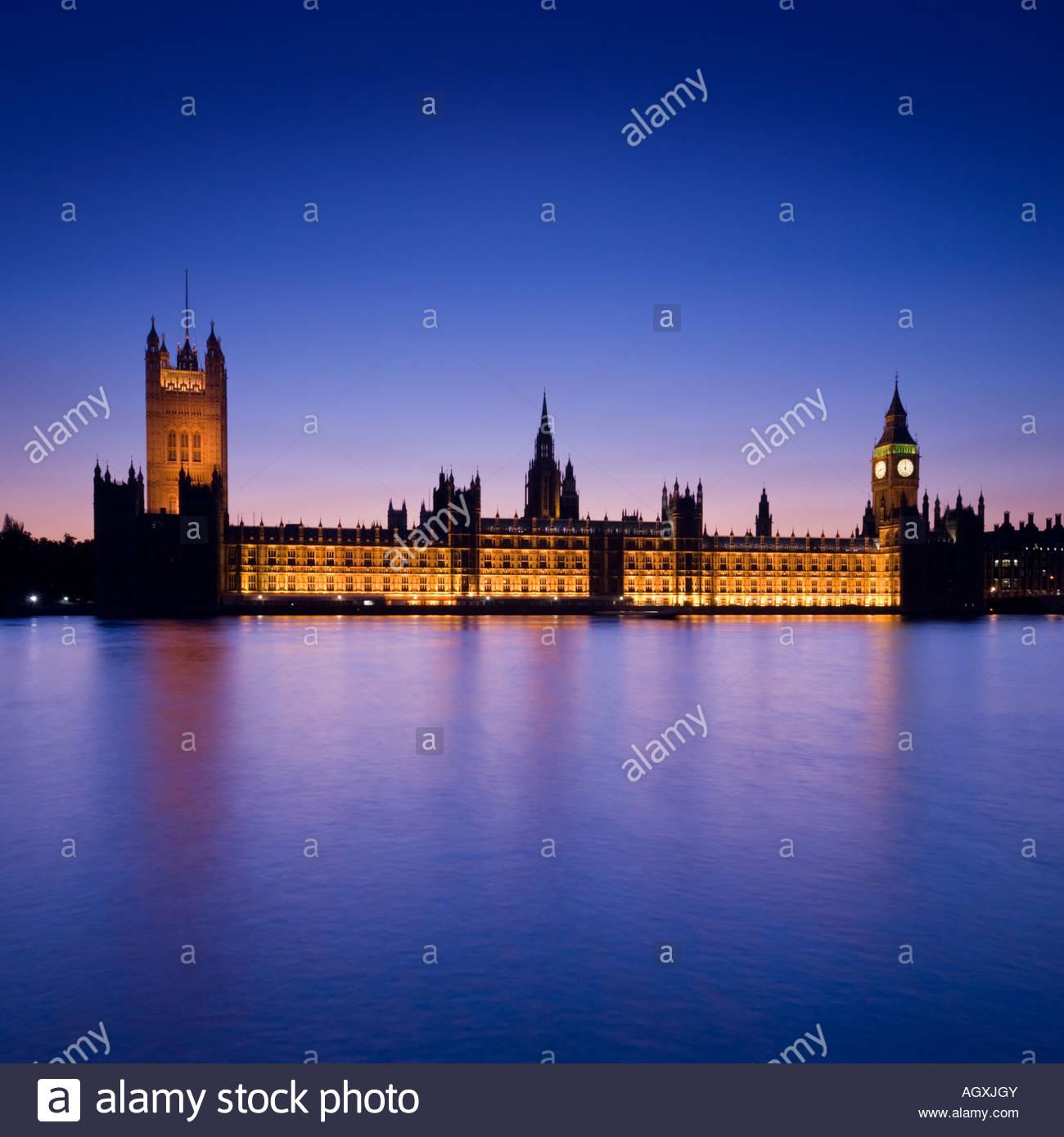Las Casas del Parlamento y el Big Ben por la noche, Londres, Inglaterra, Reino Unido. Imagen De Stock