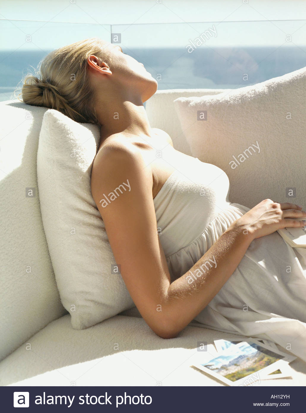 Una mujer de tumbarse en el sofá Imagen De Stock