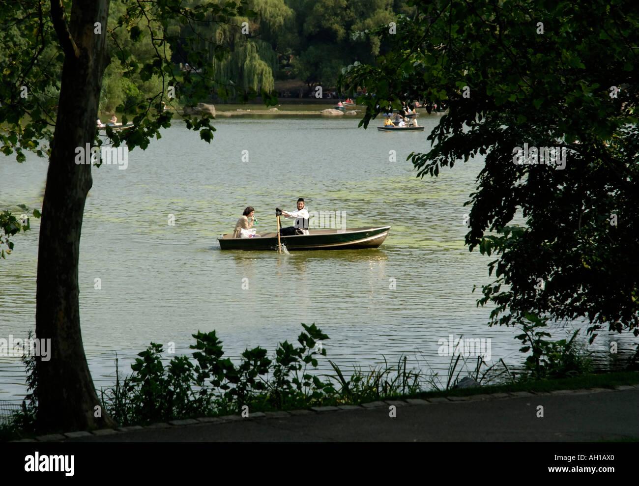 Joven pareja judía Hasidic en alquiler de barco en el lago del Parque Central, la ciudad de Nueva York. El hombre es el bote a remo. Imagen De Stock