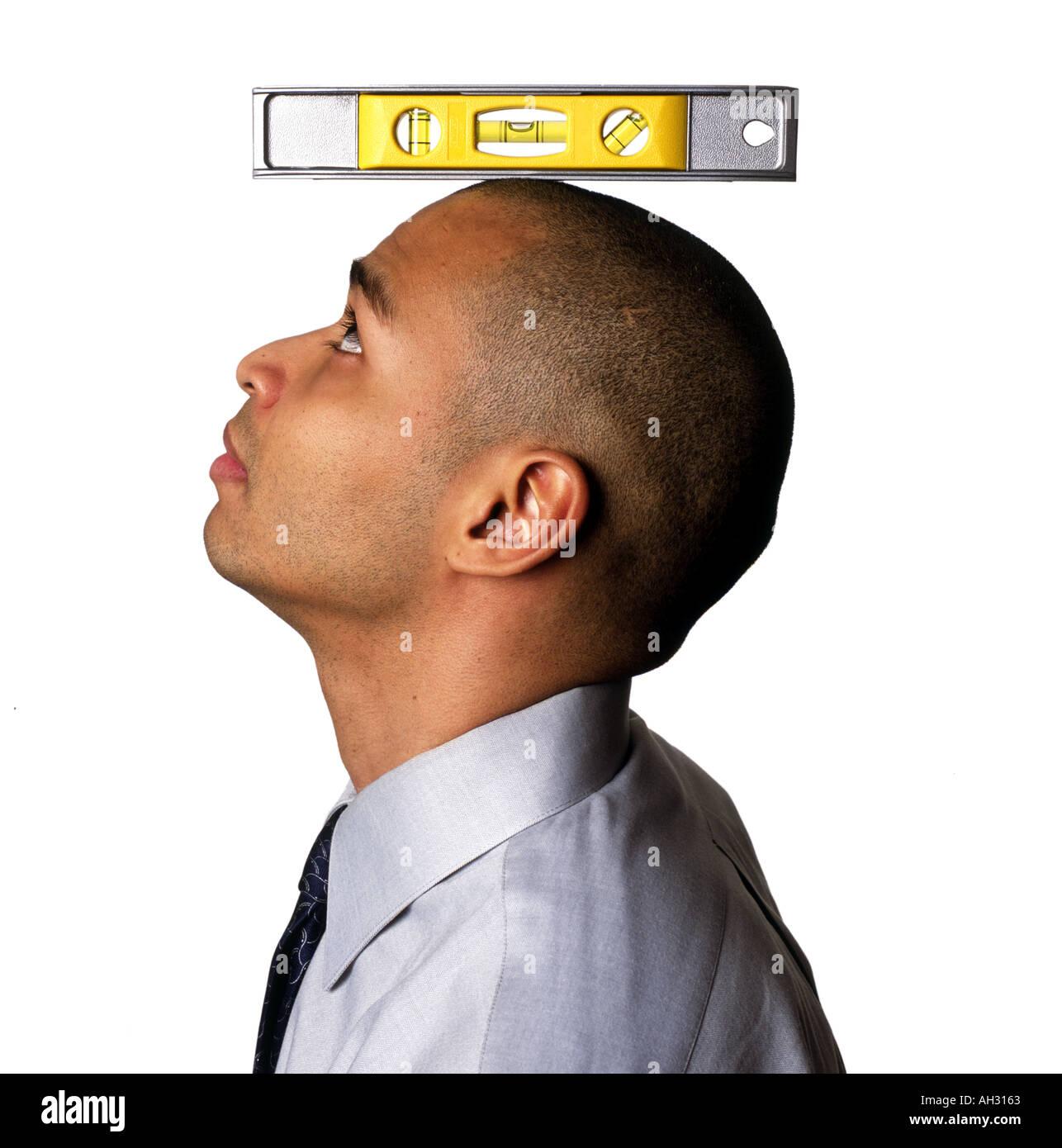 Hombre afroamericano con nivel en la cabeza. Imagen De Stock