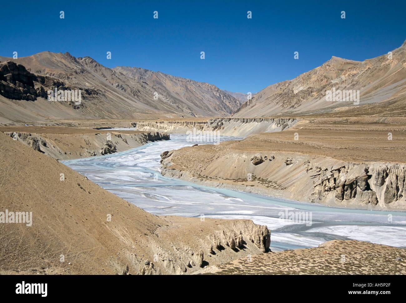 Terrazas Fluviales En Río Tsarab Entre El Himalaya Y Bajo