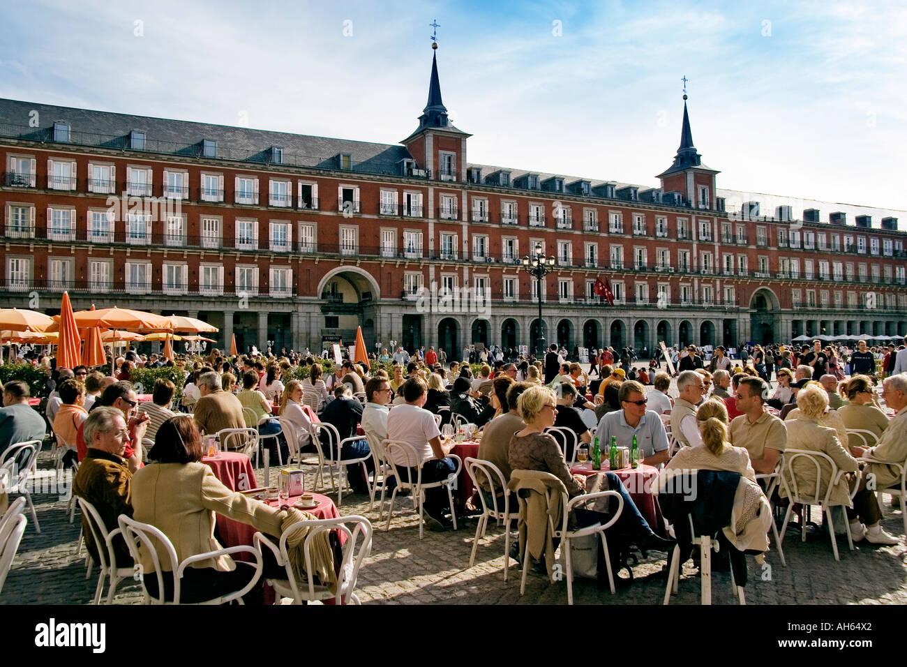 Terrazas De Bares Y Turistas En La Plaza Mayor De Madrid