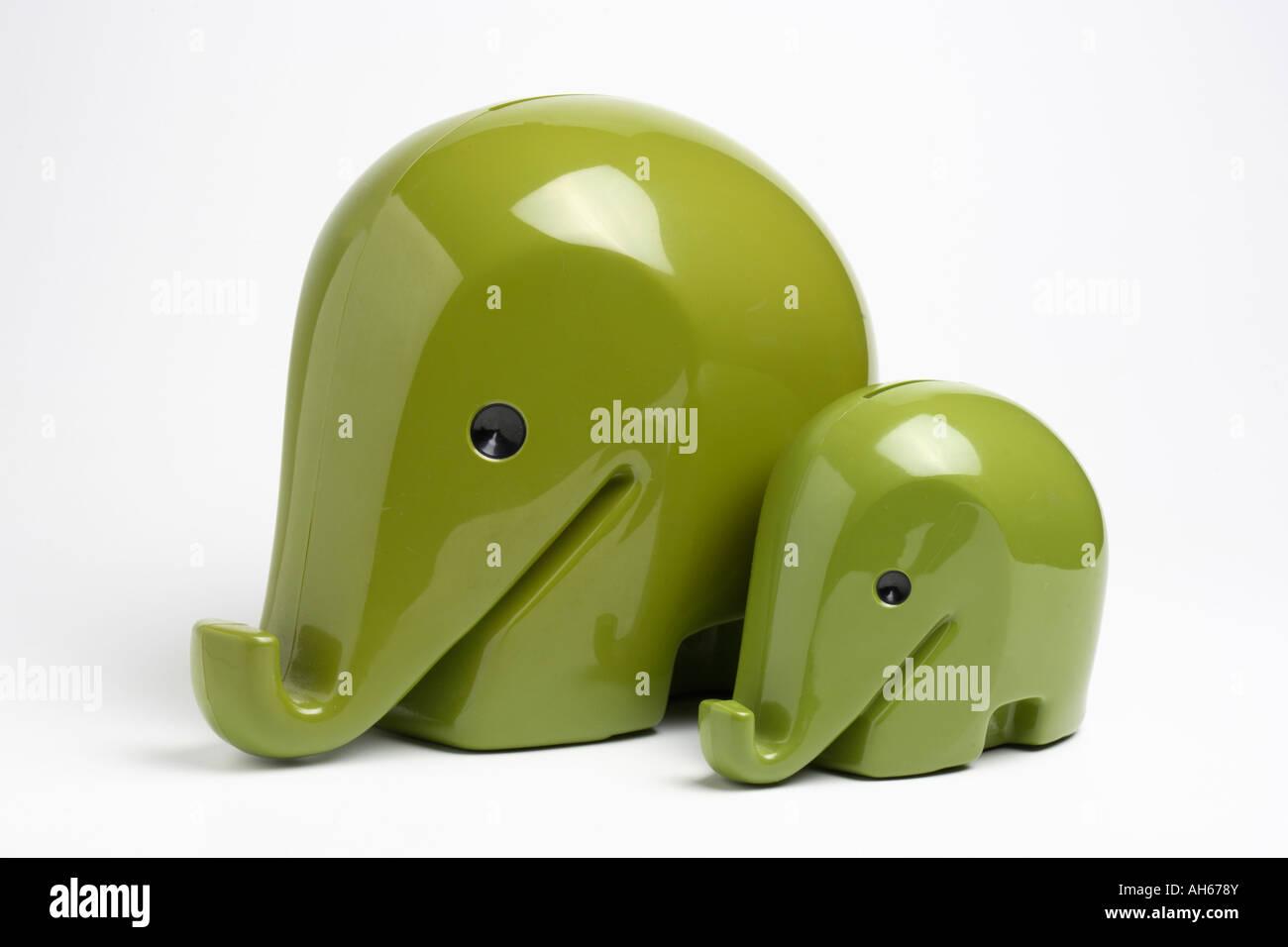 Cajas de dinero de plástico en forma de elefantes diseñado por Luigi Colani para el Banco de Dresde sobre Imagen De Stock