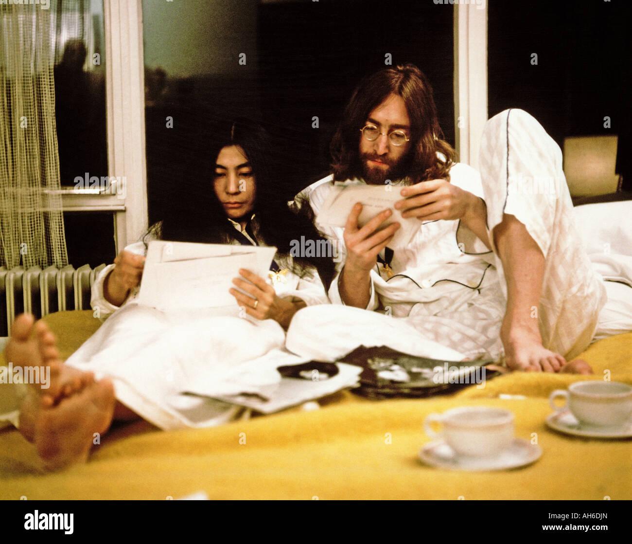 BEATLES John y Yoko durante su semana en cama por la paz en el Hotel Queen Elizabeth, de Montreal, Canadá, mayo Foto de stock