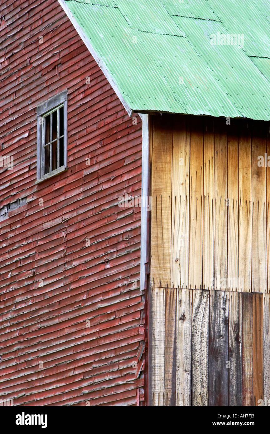 Antiguo granero rojo erosionado en Vermont edificio agrícola ...