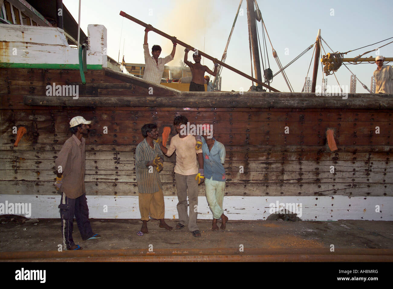 Retrato de los trabajadores en barco en Sharjah Dubai Creek Foto de stock