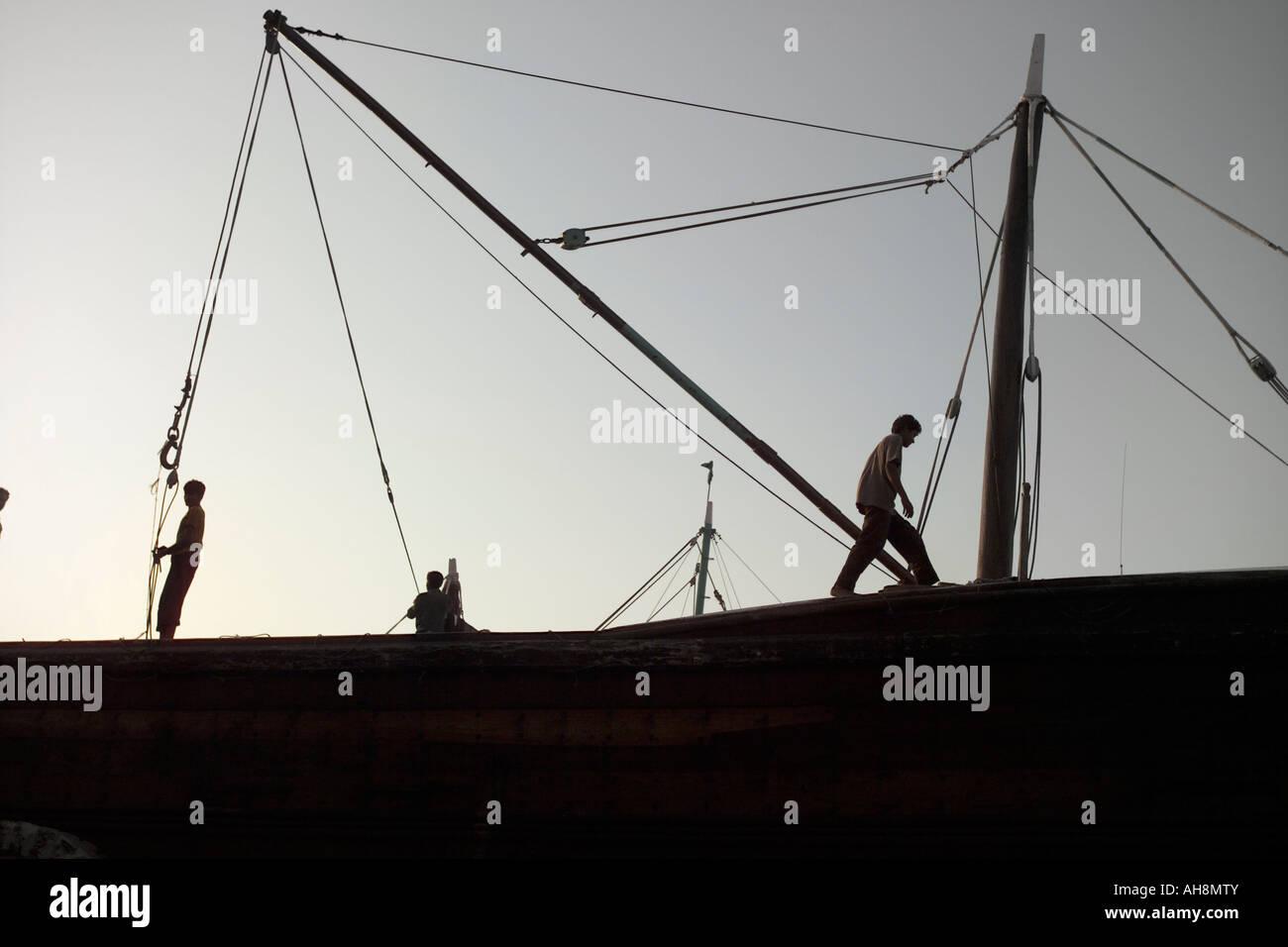 Las siluetas de los hombres en el barco, Sharjah Foto de stock