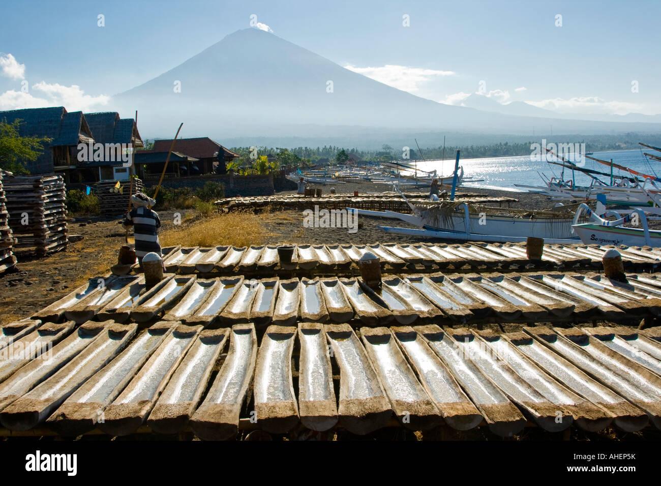 La producción de sal artesanal Gunung Agung en distancia Amed Bali Indonesia Imagen De Stock