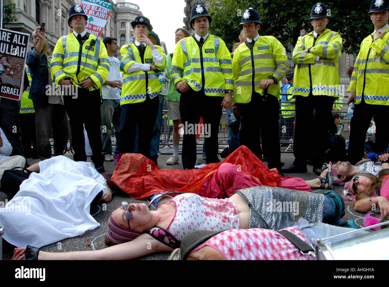 Acuéstese demostración Downing Street Whitehall Londres cuando 100.000 personas protestan ataque israelí contra el Líbano el 5 de agosto de 2006. Imagen De Stock