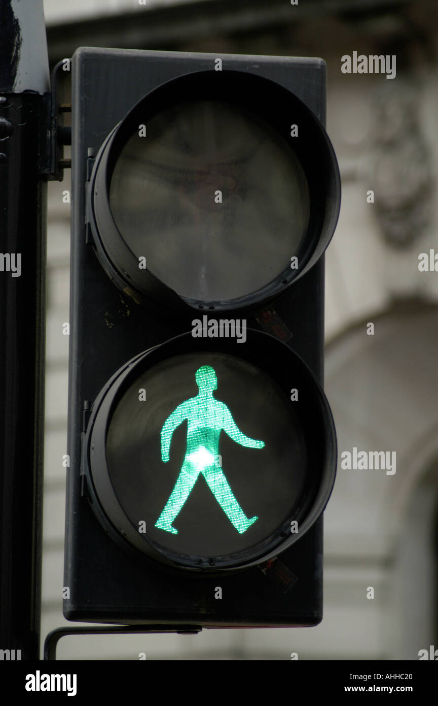 El hombre verde ir andando semáforo Inglaterra Imagen De Stock