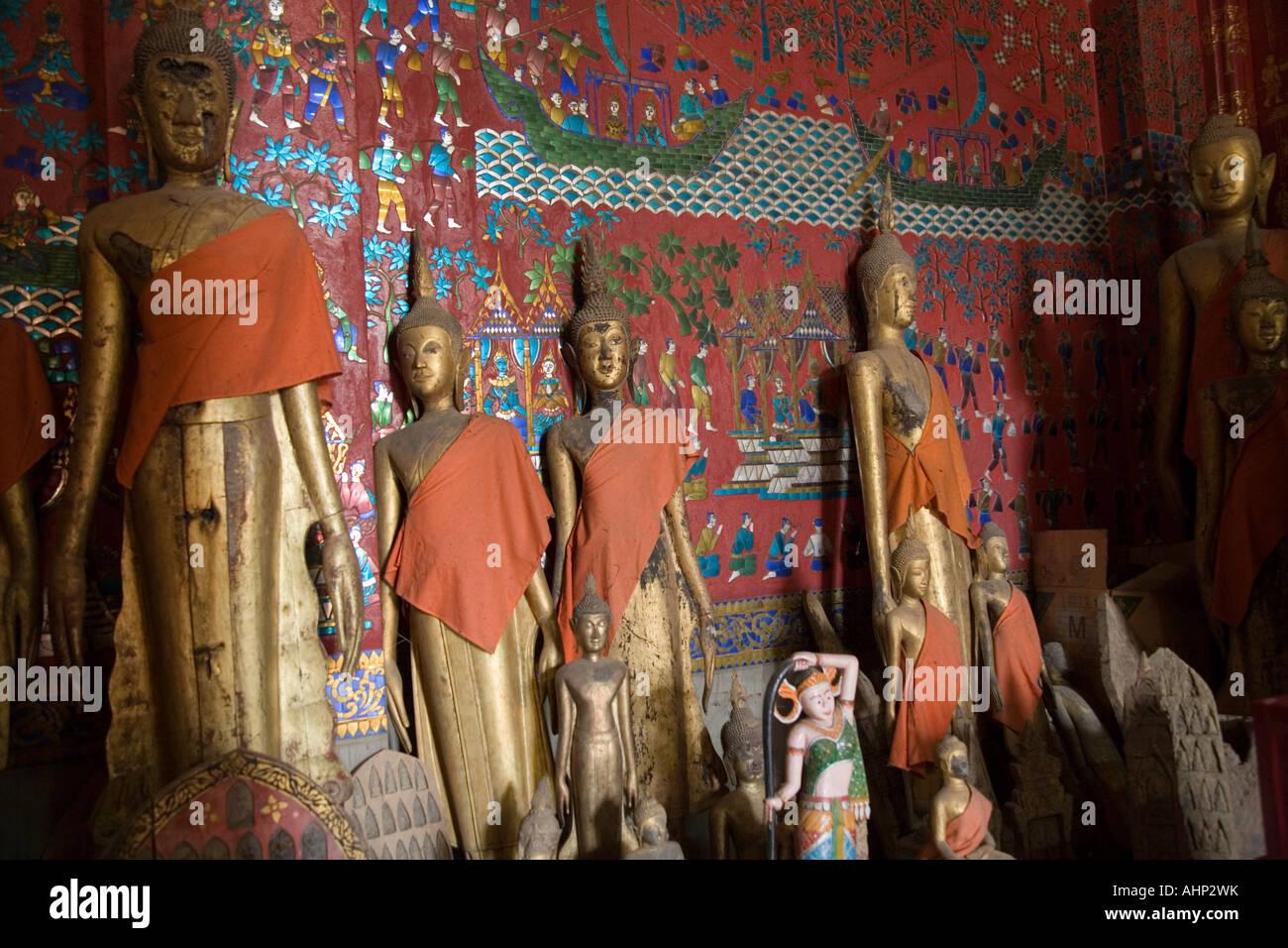 Almacenan estatuas de Buda en la casa funeraria de Xieng Thong Templo en Luang Prabang, Laos, donde se mantiene Foto de stock