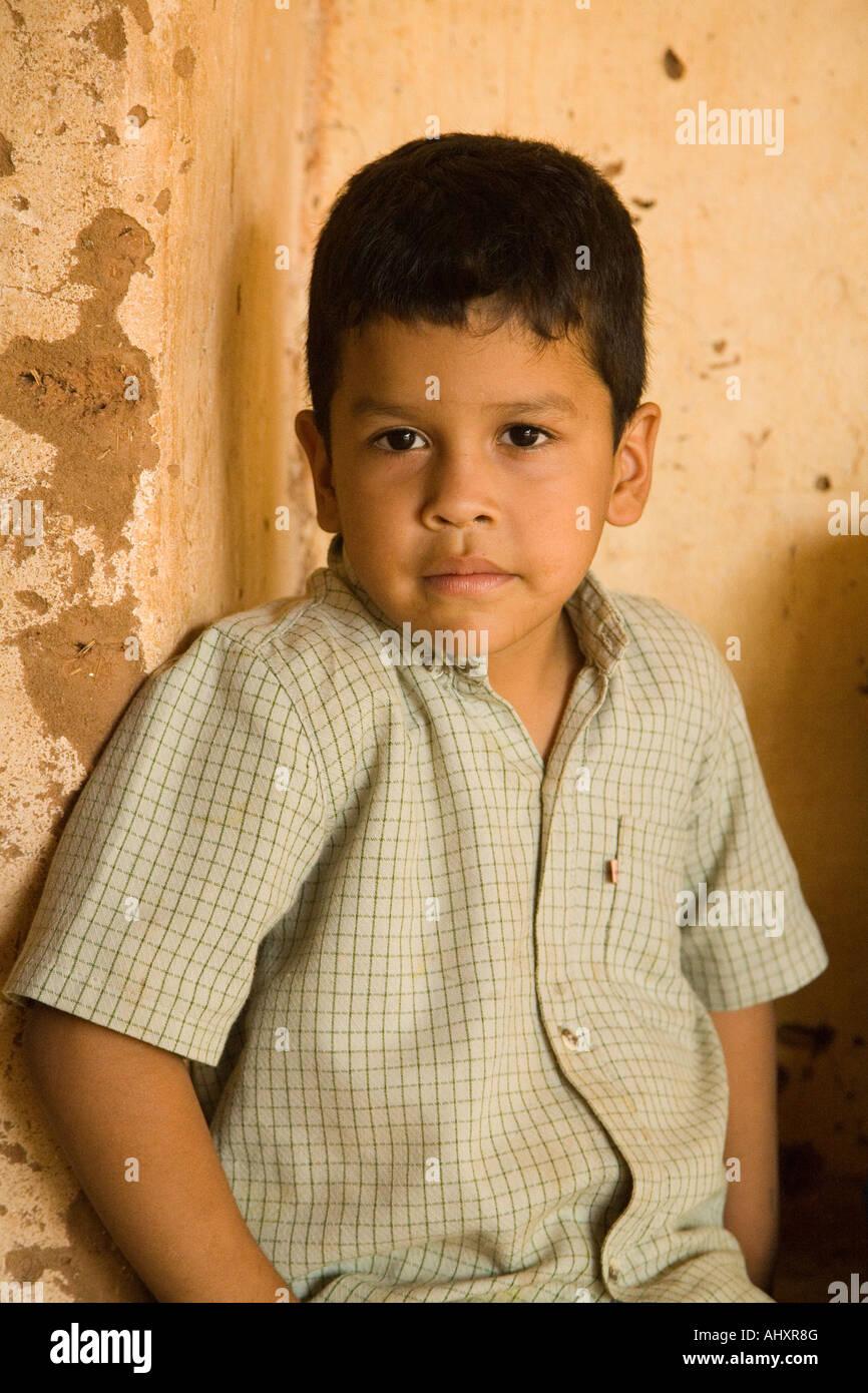 Niño boliviano en la misión Jesuítica de Santa Ana, Bolivia Imagen De Stock