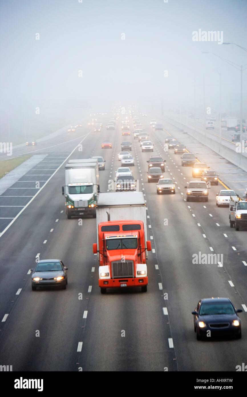 El tráfico en la autopista grande Imagen De Stock