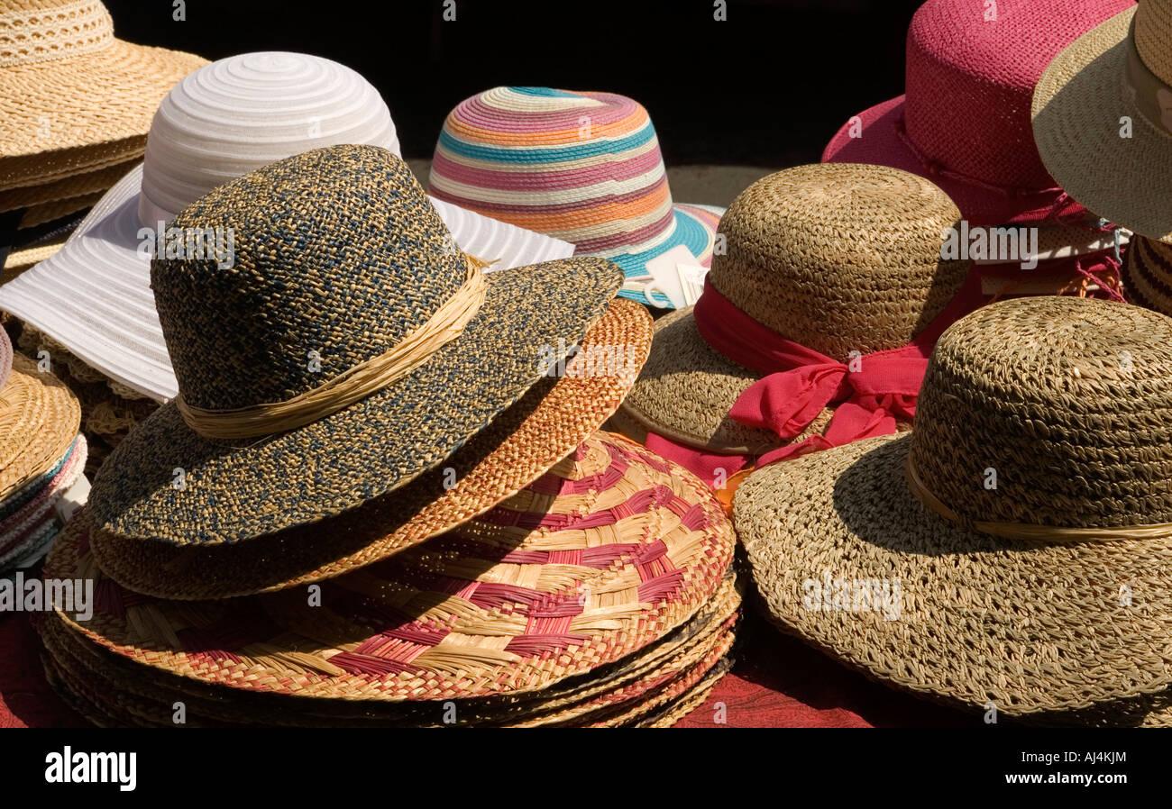 Sombreros de paja para la venta en un mercado en Lodeve calada en la región  de e38404dce7c