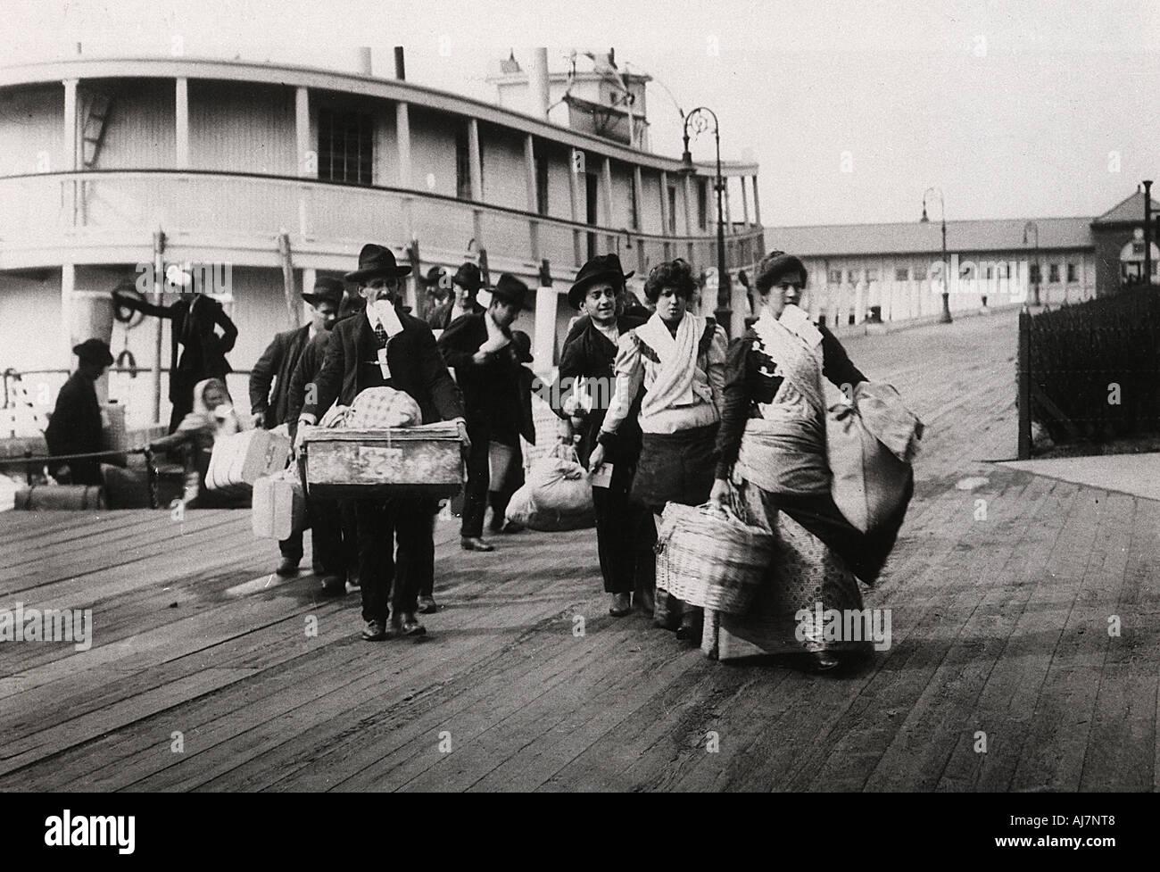 Los inmigrantes a los EE.UU. Desembarque en Ellis Island, Nueva York, el c1900. Artista: Desconocido Foto de stock