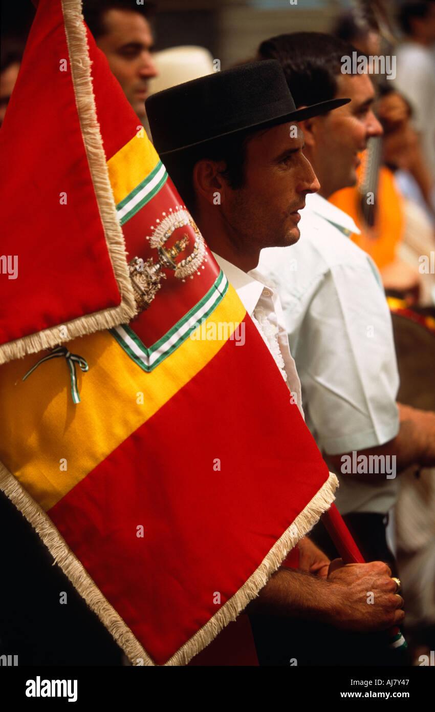 Hombre con traje tradicional de llevar una bandera durante la Feria de  Málaga b3aa769cb1f