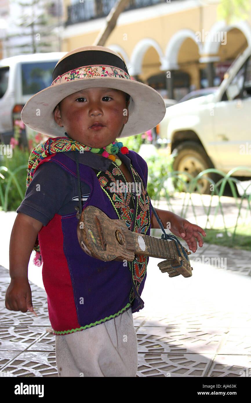 Un niño boliviano tradicional con sombrero y charango 34bdfe5787b