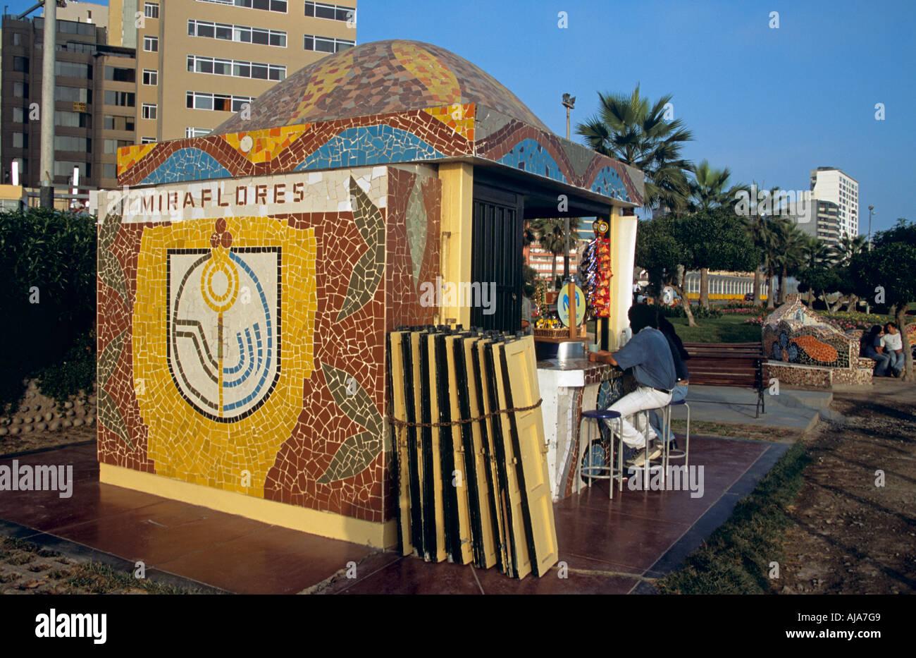 Cafetería al aire libre, el Parque del Amor, Miraflores, Lima, Perú. Imagen De Stock