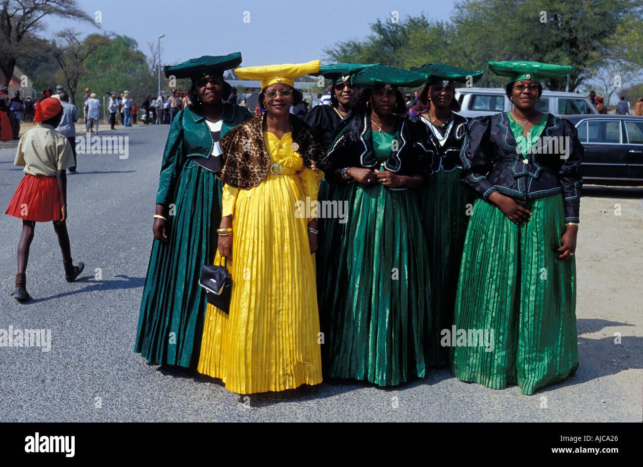 Herero las mujeres vestidas con el traje tradicional en procesión por la Ma Herero del desfile del día de agosto de Okahandja Namibia Imagen De Stock