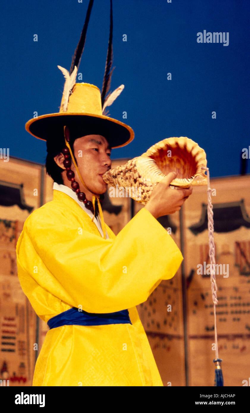 Corea Taechwita hombre soplando Shell Imagen De Stock