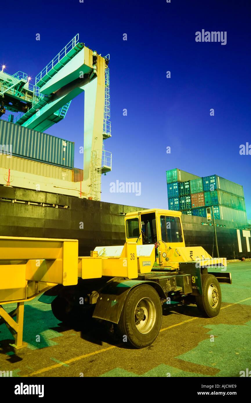 Barco de contenedores y camiones de transporte de contenedores Imagen De Stock