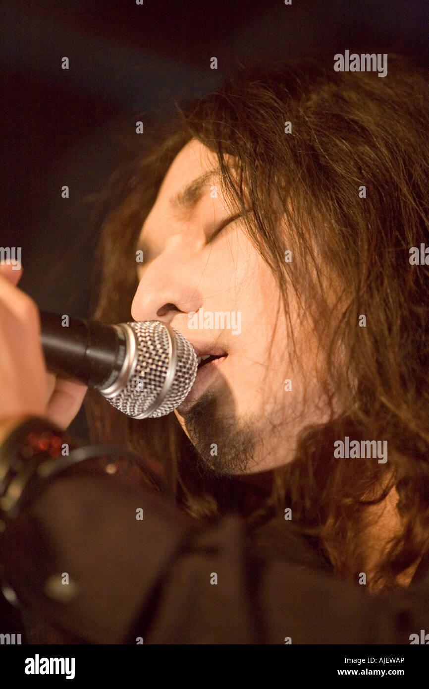 Joven cantar en el escenario Foto de stock