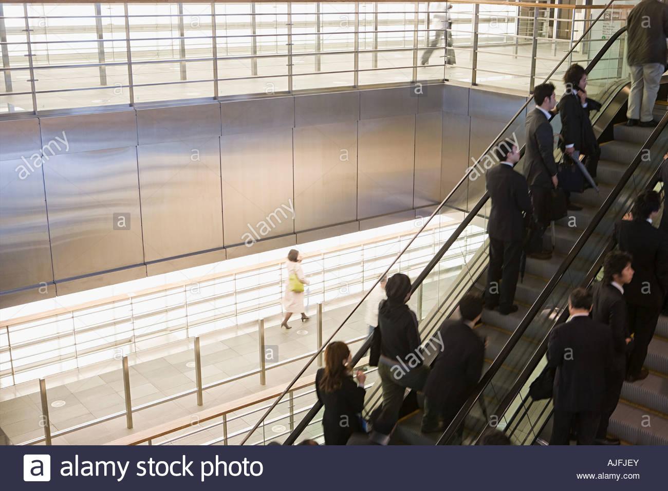 La gente en las escaleras mecánicas Imagen De Stock
