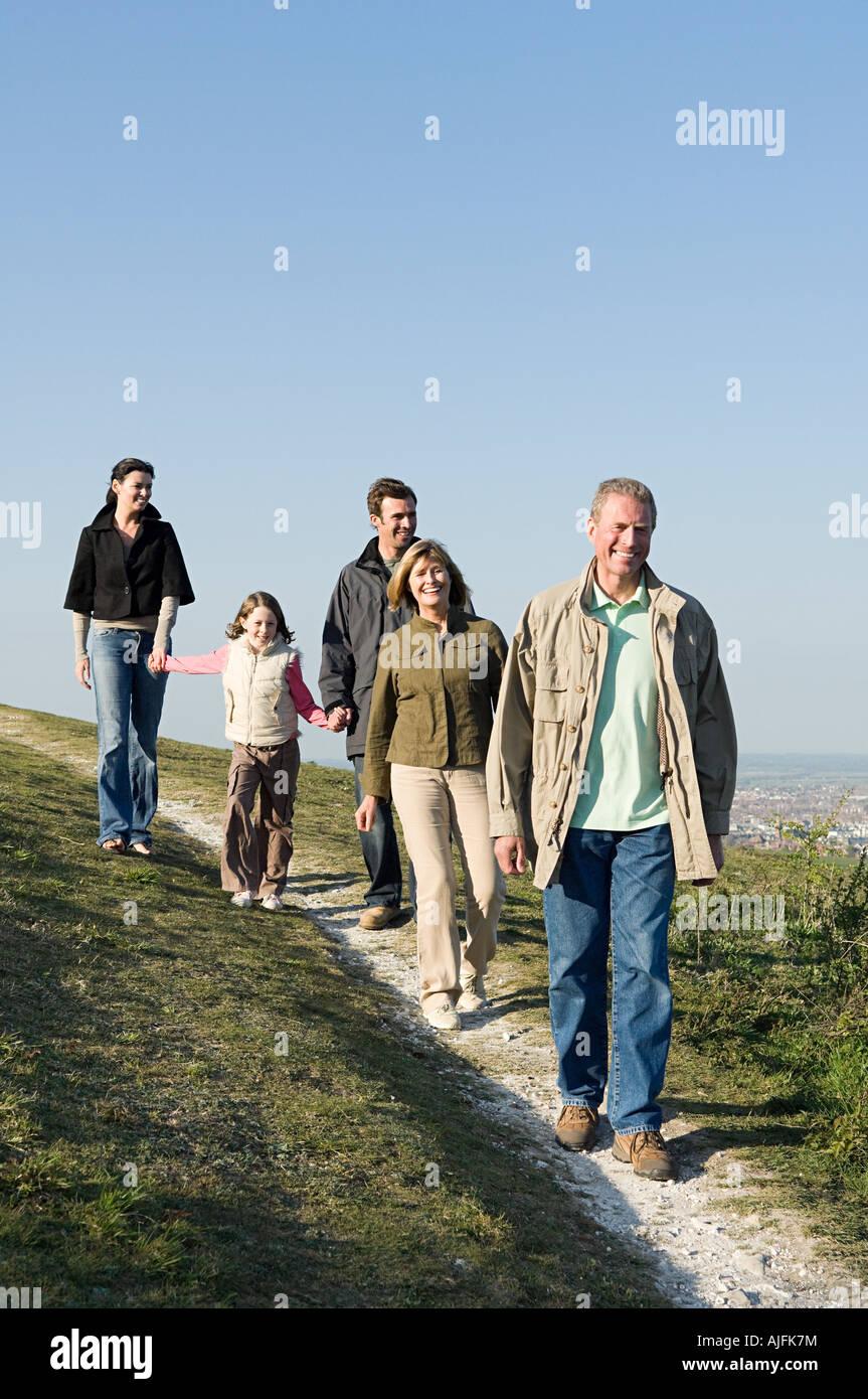 Caminando por la familia grassy hill Foto de stock